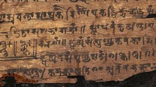 Científicos de la Universidad de Oxford analizaron el manuscrito de Bakhshali, el texto matemático más antiguo, y determinaron la procedencia del símbolo. De cuándo es en realidad