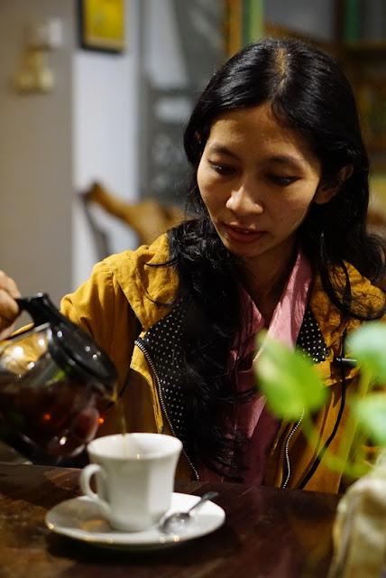 Menikmati cafe yang menghadirkan suasana tradisional