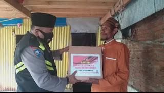 Warga Pulau Barrang Caddi terima Paket Sembako dari Kapolres AKBP Kadarislam