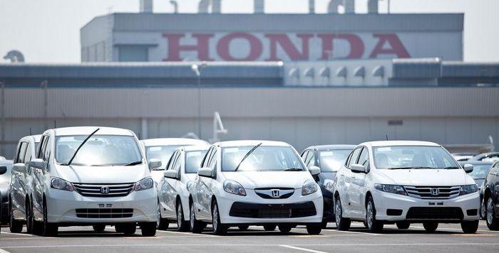 Машины Хонда на стоянке