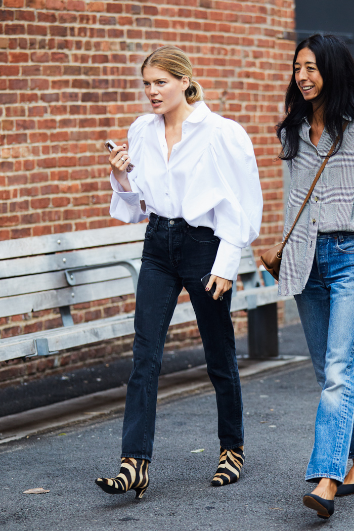 25 White Statement Tops for the Ultimate Spring Look — Top Trends 2021 — Sandra Semburg street style outfit with white puff-sleeve shirt, black jeans and tiger-print boots