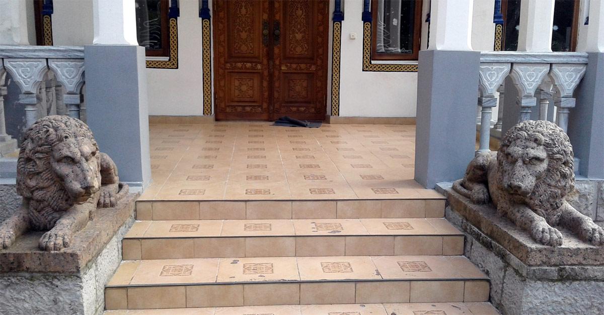 Львы у входа во дворец эмира Бухарского в Ялте