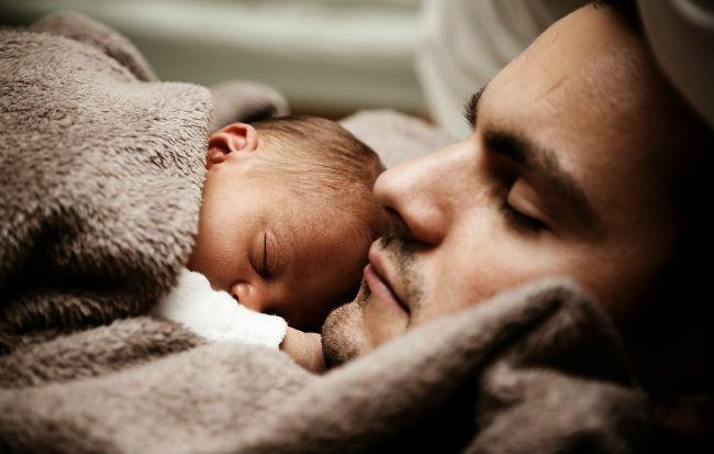 Papà e bambino che dormono