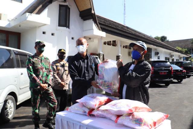 Forkopimda Kota Sukabumi Bagikan 400 Paket Sembako ke Pedagang Terdampak PPKM Darurat.lelemuku.com.jpg