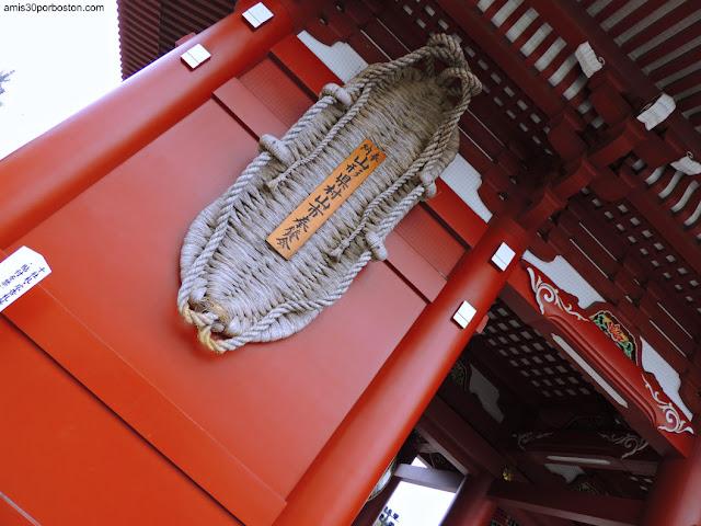 O-Waraji en la Puerta Hozomon del Templo Sensoji