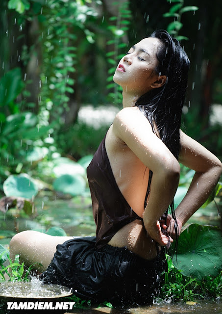 Hot girls Vietnamese girl shower under raining 4
