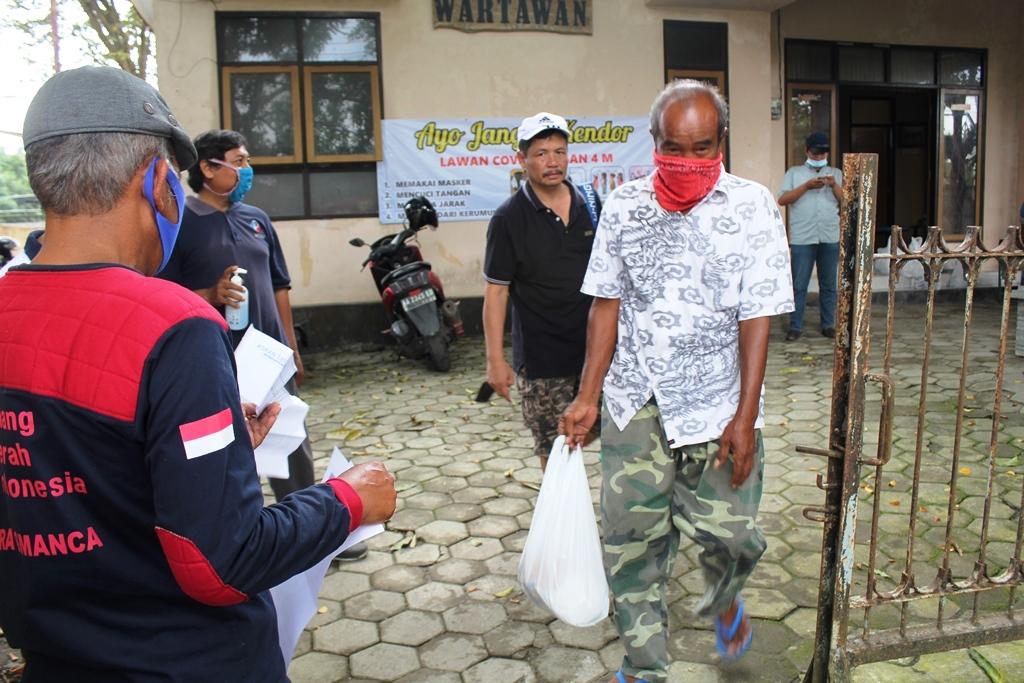 Hari Pers Nasional, PWI Kebumen Bagikan Ratusan Paket Sembako