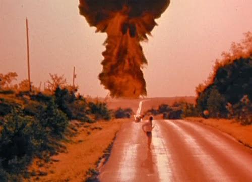 """Cena do filme """"O Dia Seguinte"""", em que uma bomba atômica explode e vemos uma nuvem de cogumelo"""