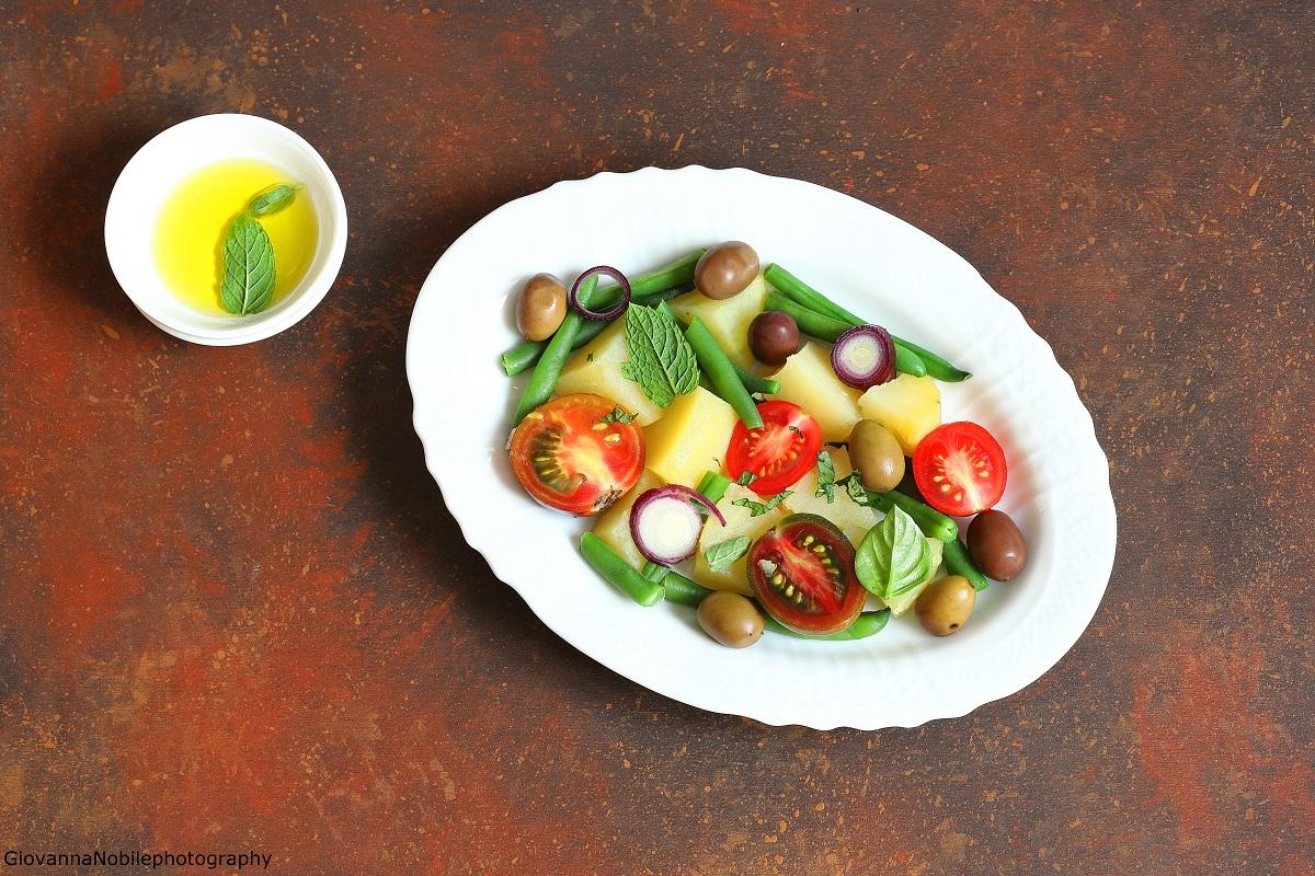 Insalata di patate, fagiolini, pomodori e cipollotti