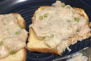 Old fashioned creamed tuna on toast, creamed tuna fish and peas on toast, hard times creamed tuna recipe, quick and easy creamed tuna with peas recipe