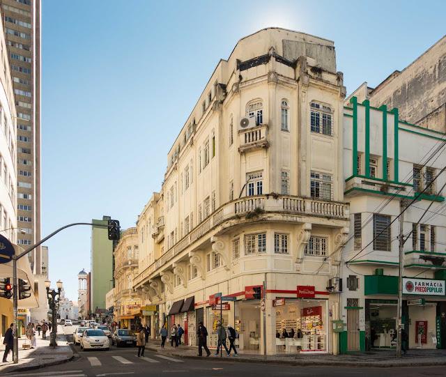 Um prédio no início da Rua do Rosário