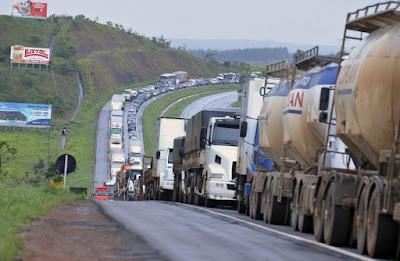 Mais de 80% dos caminhoneiros que trafegam pela via Dutra estão acima do peso