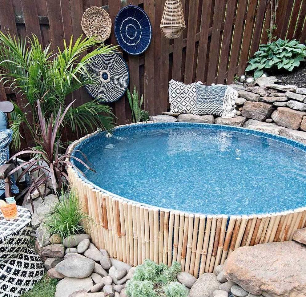 Piscina desmontable decorada con madera de bambú y piedra