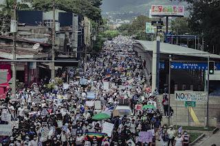 En el bicentenario de la independencia, miles de salvadoreños se toman la calle para protestar contra el gobierno de Nayib Bukele
