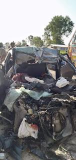 #JaunpurLive :   कार और ट्रक की सीधी भिड़ंत ,हादसे में 5 लोगों की मौत, कार को काटकर निकाले जा रहे शव।