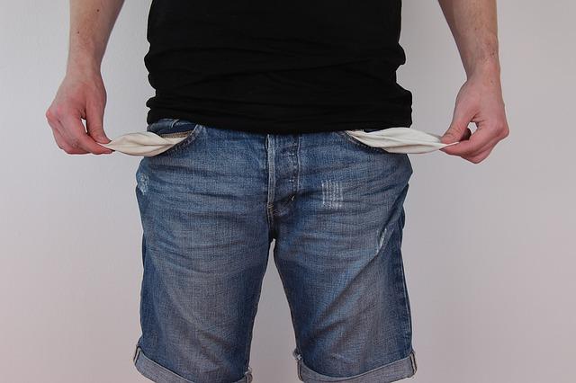 suami-membayar-biaya-persalinan