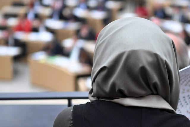 """""""فورين بوليسي"""": اللاجئين السوريين وخاصة المسلمات يُعانون من العنصرية في الوظائف"""