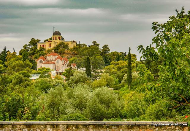 A Igreja de Agia Marina, no Pnyx. Acima dela, o Observatório Astronômico Nacional da Grécia