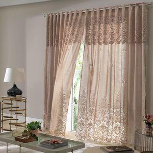 sala de estar com cortina marrom em destaque