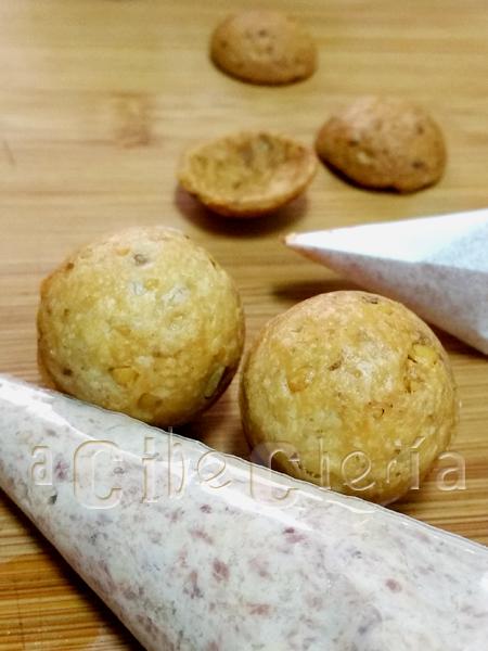 Nueces rellenas con queso y jamón y una masa con nueces añadidas