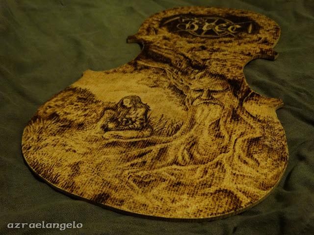 Žrec - Paměti. Obraz vypaľovaný do dreveného základu na husle