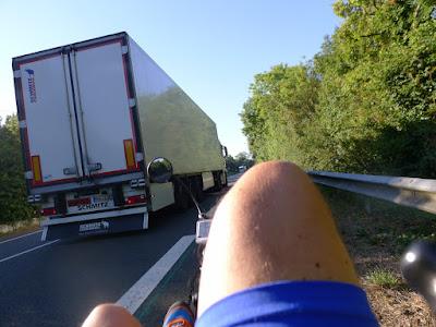 De Paris à la Rochelle en vélo couché, piste cyclable et camion