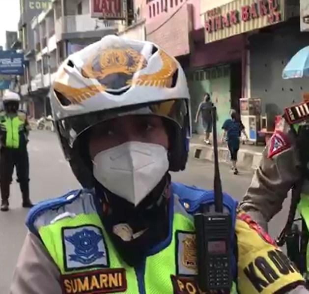Sumarni Pimpin Polres Sukabumi Kota Beri Bantuan ke Masyarakat Terdampak PPKM Darurat.lelemuku.com.jpg