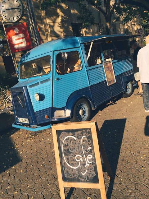 Streetfood Stehcafe im Oldtimer Citroen HY Baujahr 1967