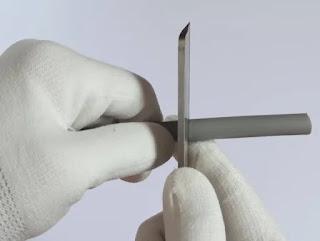 電工ナイフを半周分回して切り込みを入れます