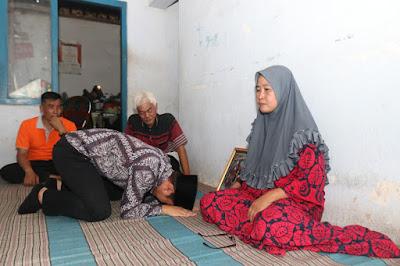 Kunjungi Keluarga Korban Demam Berdarah, Bupati Nur Arifin Tak Mampu Menahan Tangis