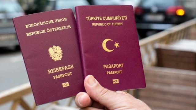 شخص يحمل الباسبور التركي