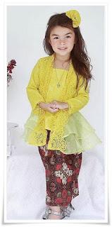 4. Baju kebaya brokat modern warna kuning padu padan dengan rok batik plisket