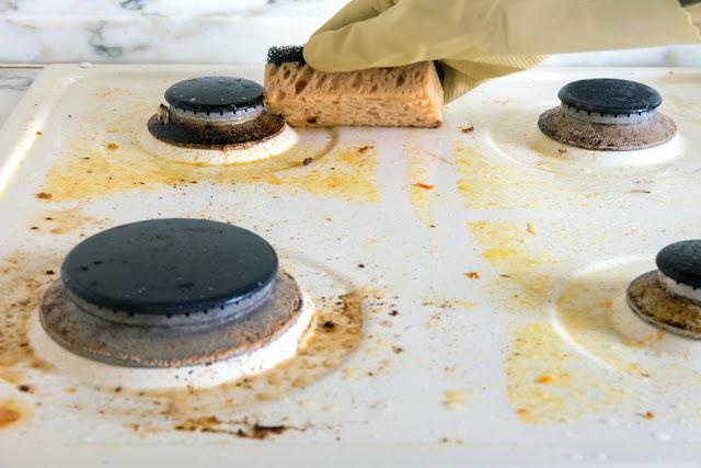 Conseils pour retirer la graisse et les brûlures de la cuisinière à gaz