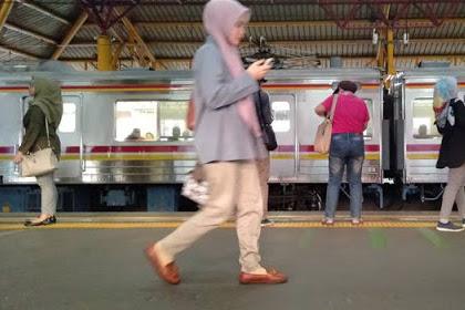 3 Bahaya Akibat Main Ponsel Sambil Berjalan