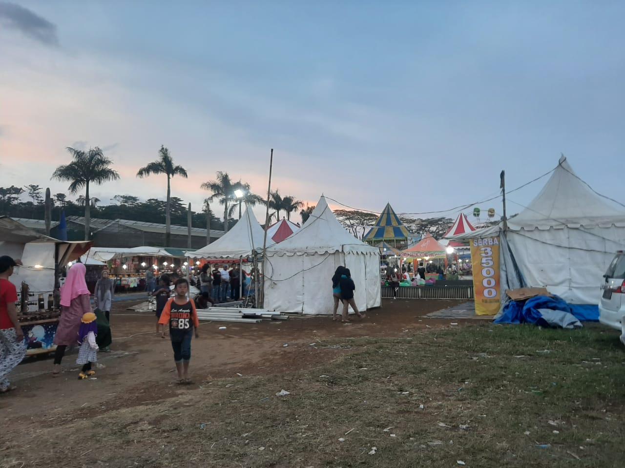 Sejumlah Warga Geruduk Kantor Desa Ciherang Tolak Adanya Pasar Malam