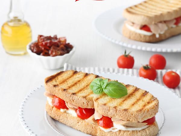 Sandwich con tonno, bufala, pomodorini secchi e peperoncino