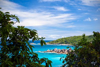 Panorama über die Petite Anse und Grand Anse auf La Digue