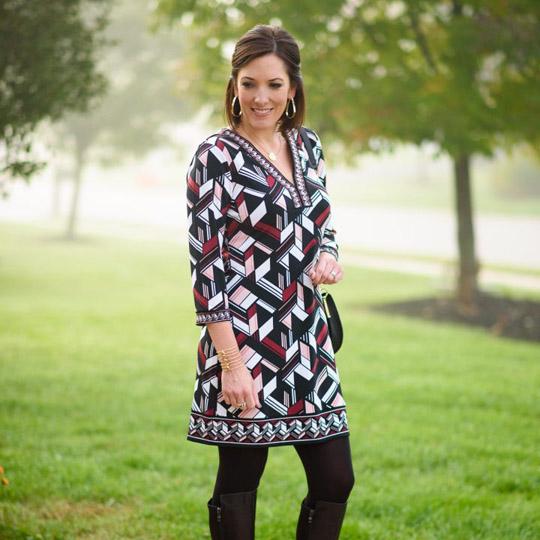 Платье с принтом выше колена на женщине за 50