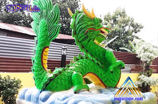 Patung naga pembuatan dari batu alam putih yang di cat hijau