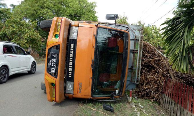 Ban Belakang Bocor Truk Bermuatan Tebu Terbalik