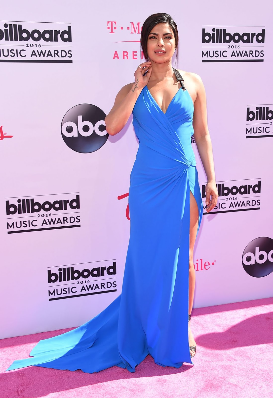Priyanka Chopra slays in blue at the Billboard Music Awards 2016