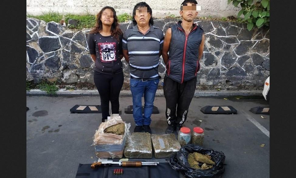 """Elementos de la SSC detienen a tres integrantes de """"Los Rodolfos"""" en Xochimilco; llevaban mariguana, cocaína y armas"""