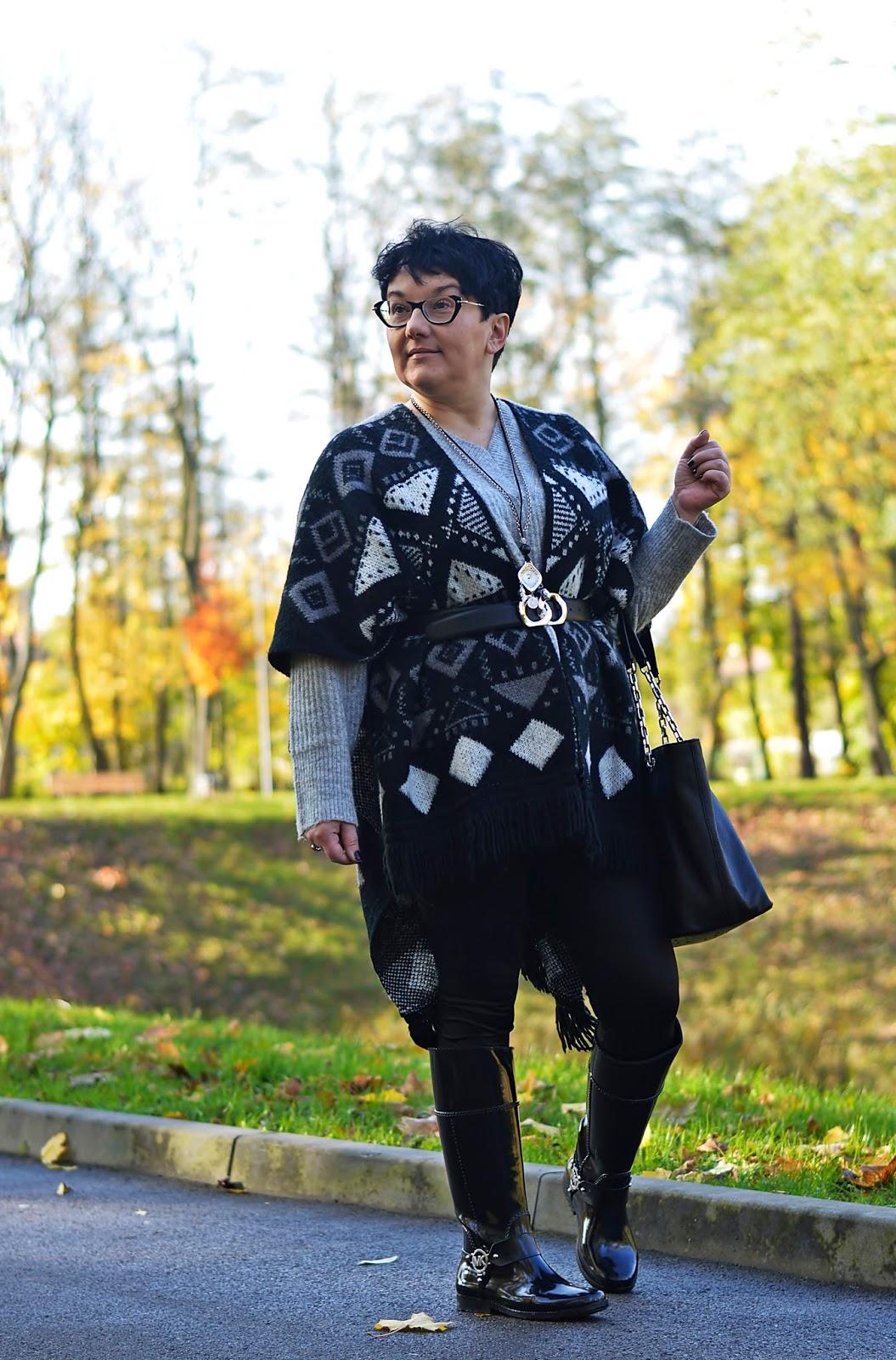 Stylizacja na jesien, ponczo z frędzlami, kalosze