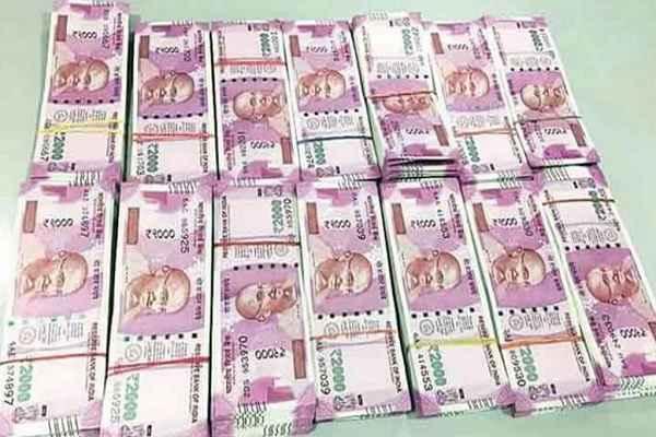 चोरों की खैर नहीं, मुंबई में पुलिस ने तीन लोगों ने पकडे 1.40 करोड़ रुपये के नए नोट