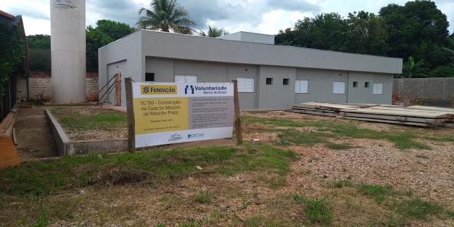 Maçons constroem casa para acolher famílias de doentes