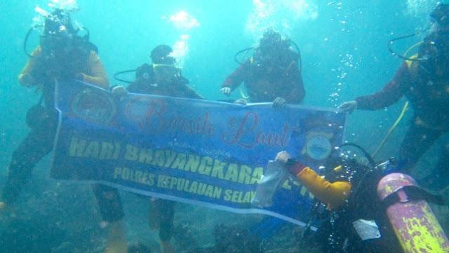 Sambut Hari Bhayangkara-73, Polisi Dan Penyelam Selayar, Gelar Aksi Bersih Laut
