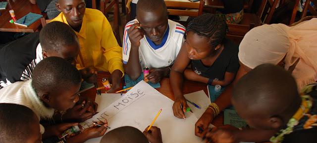 """Estudiantes en una """"escuela de paz"""" en la Repúbica Democrática del Congo reciben apoyo del Fondo Fiduciario para Víctimas.Fondo Fiduciario para Víctimas"""