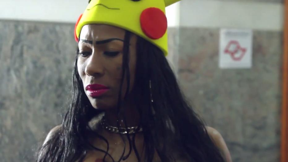 """O clipe tem até Inês fazendo cosplay do Pikachu! Undererê faz parte do álbum """"Make Love"""", lançado no ano passado."""