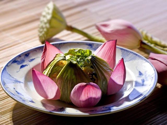 Cố đô Huế nổi tiếng với những lăng tẩm, đền đài, chùa chiền, miếu mạo, di tích lịch sử và phong cách ẩm thực cung đình thanh tao… Nếu một lần đến đất cố đô, du khách sẽ nhận ra nhiều đặc trưng thú vị, trong đó có thói quen ăn chay của người Huế.
