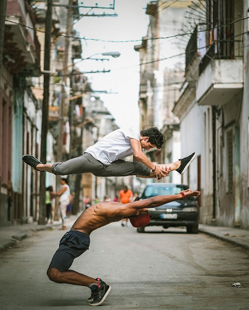 Fotógrafo registra belas imagens de bailarinos pelas ruas de Cuba